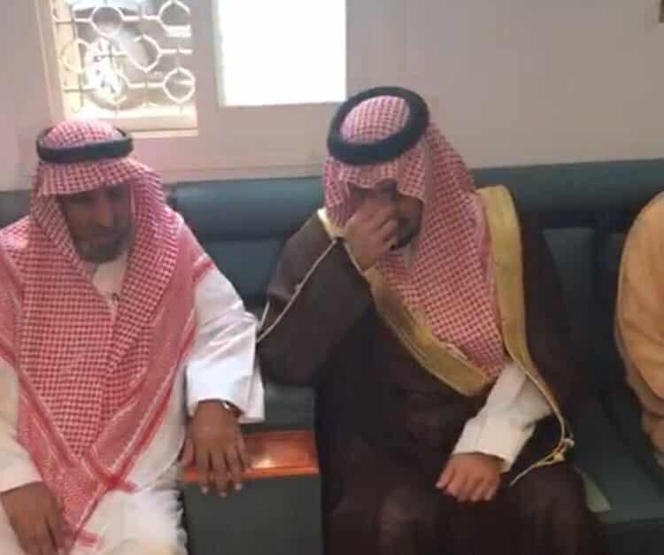 بالصور: أمير عسير يجهش بالبكاء أثناء مواساته ذوي الشهيد عبدالله الشهري